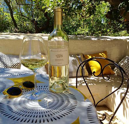 Photo bouteille de Bandol Blanc lunettes de soleil